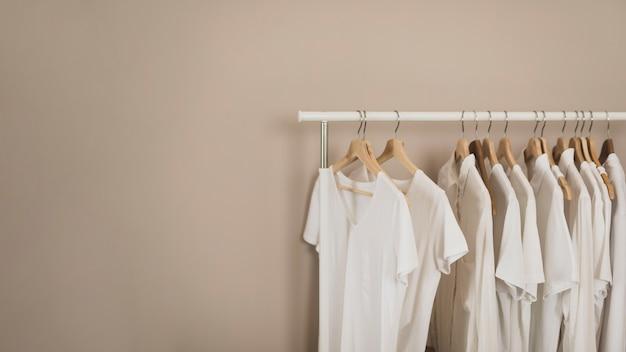Eenvoudige kledingkast met witte t-shirts kopie ruimte