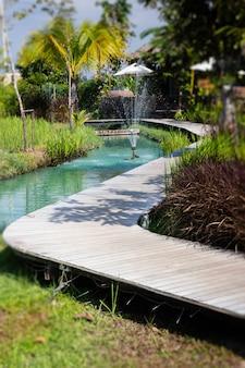 Eenvoudige loopbrug in de zomertoevluchtsoord