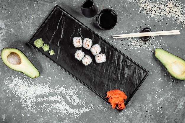 Eenvoudige maki met garnalen. sushi op een grijze achtergrond.