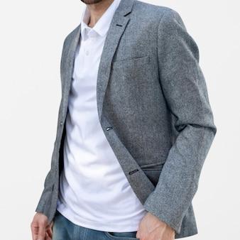 Eenvoudige poloshirt man met pak zakelijke look fotoshoot