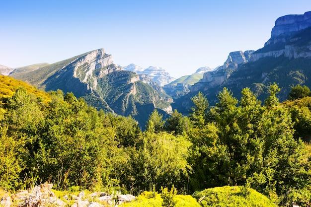 Eenvoudige pyreneeën bergen landschap in de zomer