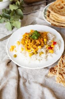Eenvoudige rijst met groene erwten en maïs