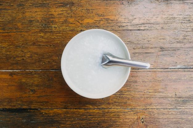 Eenvoudige rijsthaverbrij met korte lepel in witte kom.