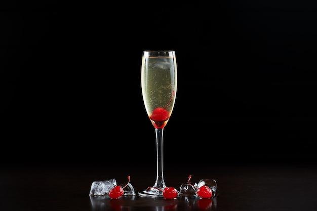 Eenvoudige samenstelling van hoog elegant kristal cocktailglas met koud verfrissend transparant champagnedrankje
