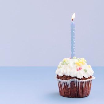 Eenvoudige verjaardagsmuffin met kaars