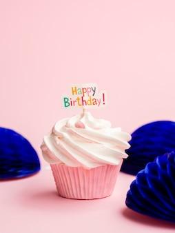 Eenvoudige verjaardagsmuffin met origamivormen
