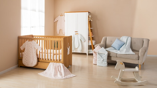Eenvoudige, witte babykamer met kinderbed en kleed