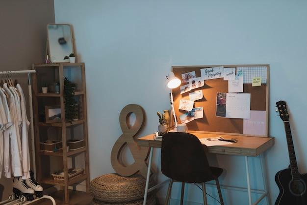 Eenvoudige woonkamer met kledingkast en een bureau