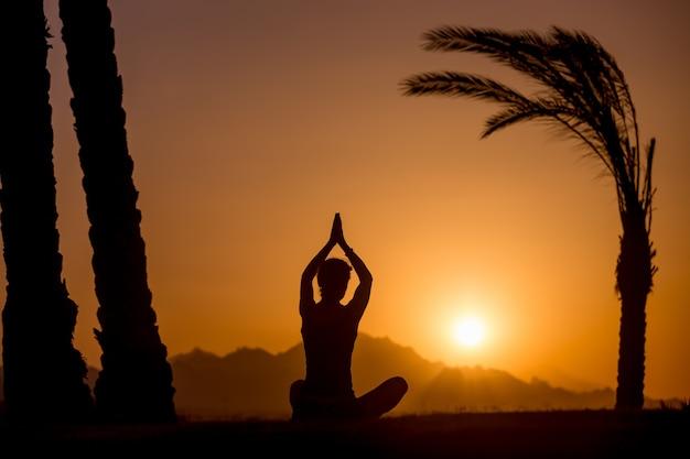 Eenvoudige yoga vormt silhouette