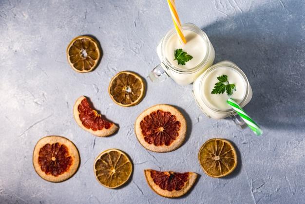 Eenvoudige zelfgemaakte kefir in een glas met specerijen en kruiden