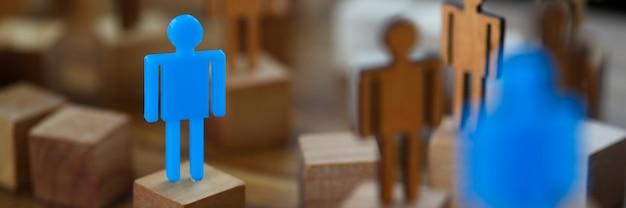 Eenzaam blauw stuk speelgoed mensenbeeldje ontmoette soulmateclose-up