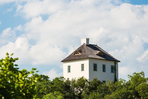 Eenzaam huis bovenop een heuvel