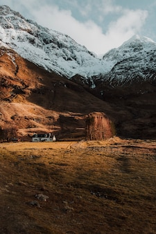 Eenzaam huis tussen bergen