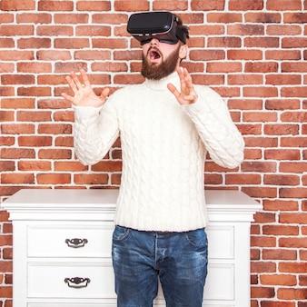 Eenzaamheid en illusie van het nieuwe jaar. het portret van een bebaarde man met een virtual reality-bril in de buurt van de nieuwjaarsboom.