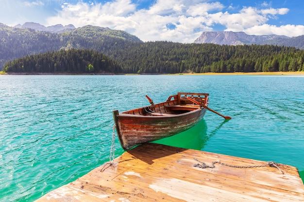 Eenzame boot in het zwarte meer van het durmitor-gebied in montenegro.