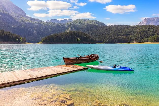 Eenzame boten in het zwarte meer op onderstel durmitor, montenegro.