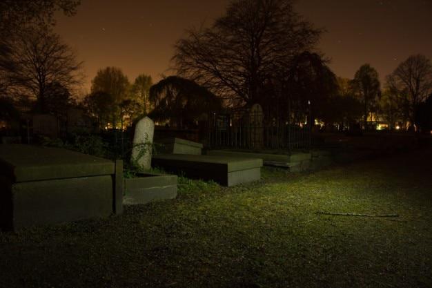 Eenzame grafzerken in de nacht