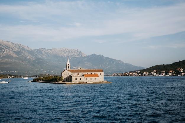 Eenzame kerk op het eiland in het midden van een meer