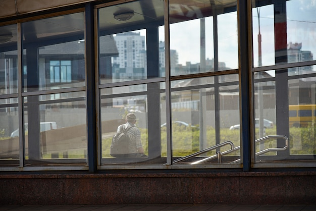 Eenzame man bij een bushalte te wachten op het openbaar vervoer