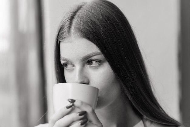 Eenzame trieste vrouw diep in gedachten thuis, depressief