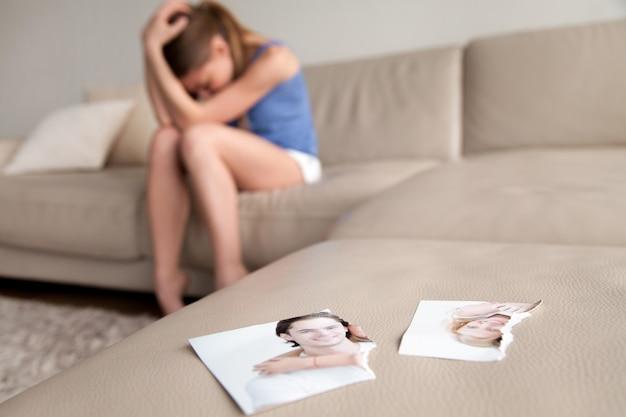 Eenzame vrouw die na uiteenvallen thuis lijdt