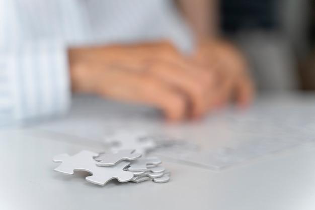 Eenzame vrouw geconfronteerd met de ziekte van alzheimer