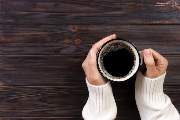 Eenzame vrouw koffie drinken in de ochtend