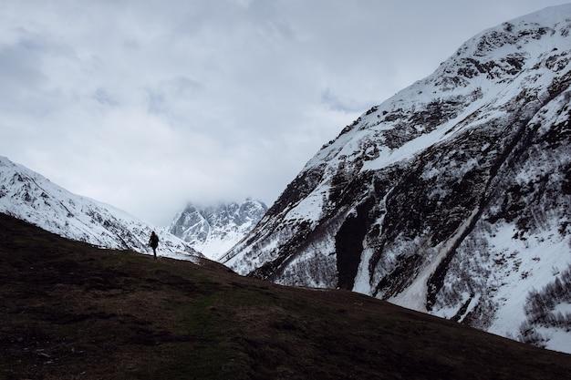 Eenzame wandelaar in bergen dichtbij juta, georgië