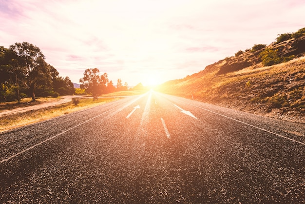 Eenzame zonnige weg