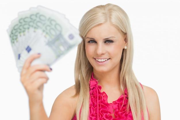 Eerlijke haarvrouw die 100 euro bankbiljetten houdt