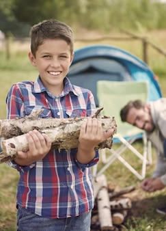 Eerst hout verzamelen als we een kampvuur willen