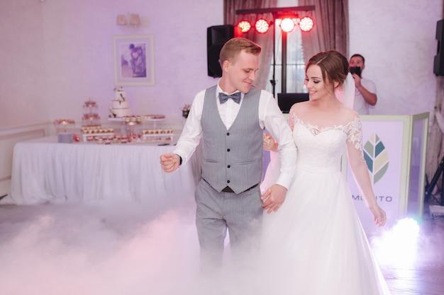 Eerste dans van bruidegom en bruid op bruiloft