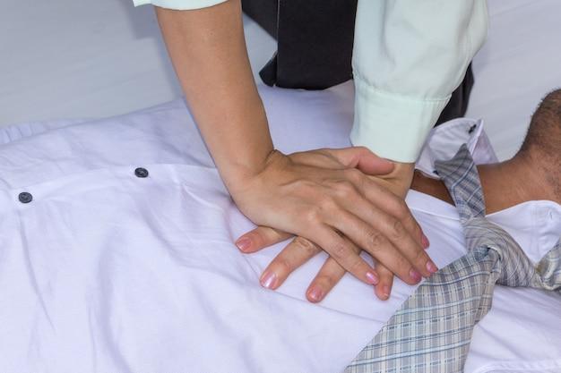 Eerste hulp nood cpr op heart attack man