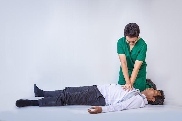 Eerste hulpverlening noodreanimatie bij hartaanval man