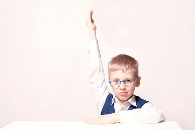 Eerste leerling steekt zijn handen op in de klas