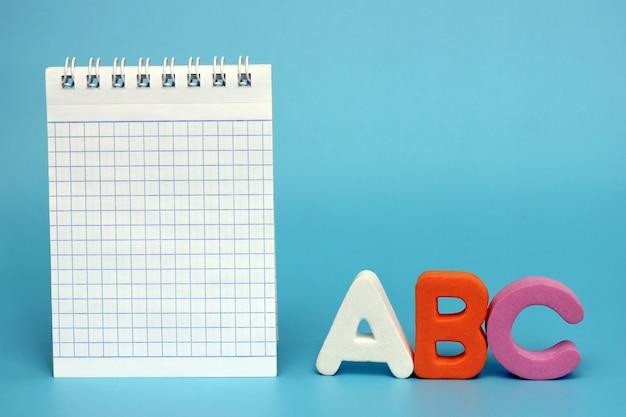 Eerste letters van het engelse alfabet op een blauwe achtergrond