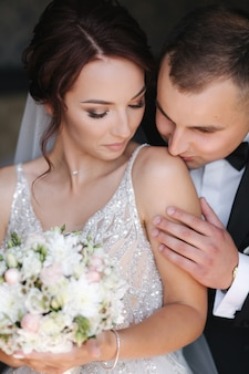 Eerste ontmoeting van bruidegom en bruid. trouwdag eerste blik. gelukkig paar man en vrouw