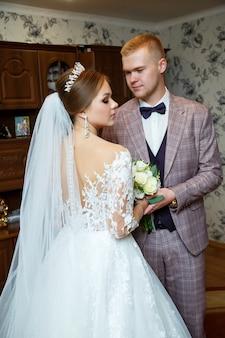 Eerste ontmoeting van de bruid en bruidegom op de trouwdag