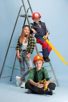 Eerste stap. kinderen dromen over beroep van ingenieur. jeugd, planning, onderwijs en droomconcept. succesvolle medewerker worden in de maakindustrie, bouwnijverheid, infrastructuur.
