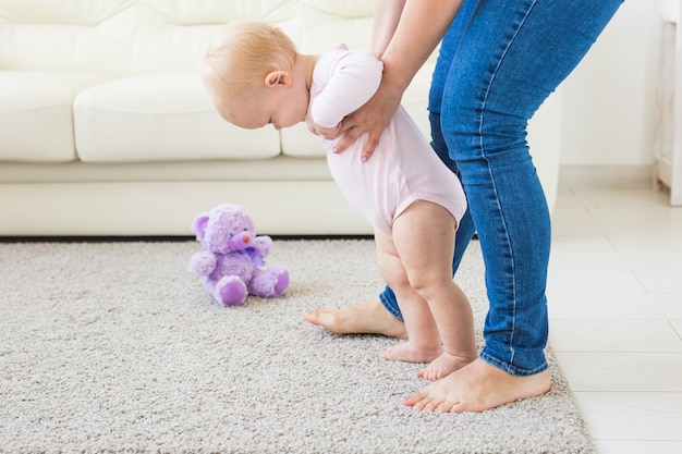 Eerste stapjes van baby met moeder