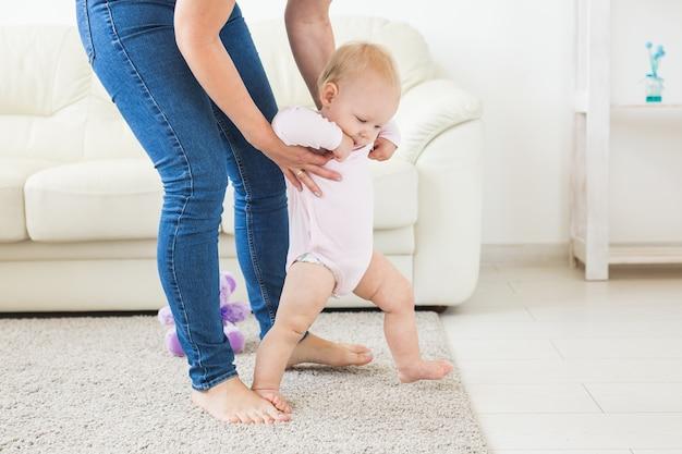 Eerste stappen babymeisje leren lopen