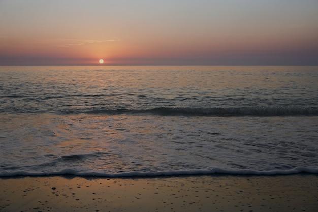 Eerste stralen van de zon bij zonsopgang in de zee. middellandse zee
