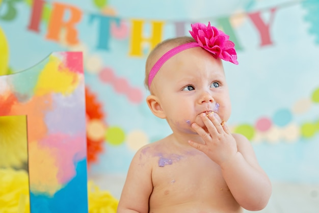 Eerste verjaardag verpletter de cake. crème op poten