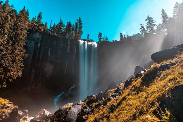Eerste zonnestralen bij vernal falls van yosemite national park. californië, verenigde staten