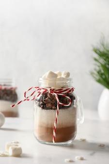 Eetbaar kerstcadeau in glazen pot voor het maken van chocoladedrank.