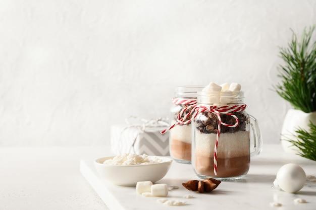 Eetbaar kerstcadeau in glazen pot voor het maken van smakelijke chocoladedrank xmas food copy space