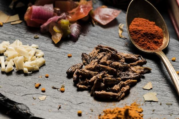Eetbare aziatische insecten en specerijen close-up