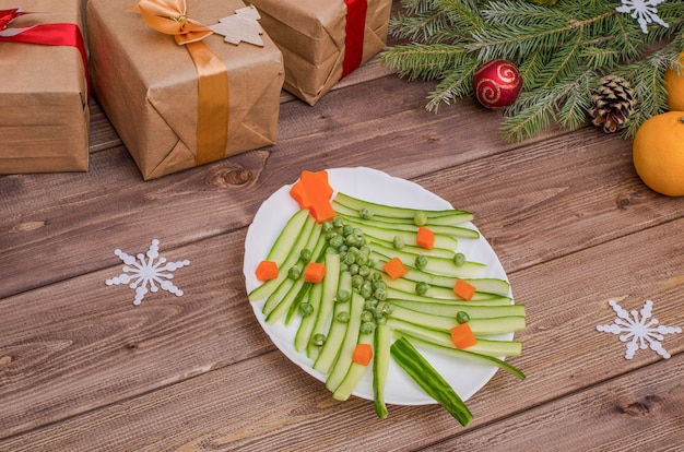 Eetbare boom gemaakt van groenten voor de kerst- en nieuwjaarstafel, het idee van een mooie tafelschikking