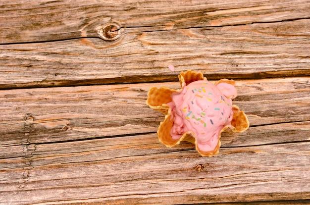 Eetbare mand met aardbeienijs op houten tafel