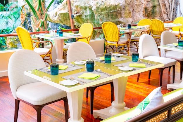 Eetkamer instellen op tafel in café-restaurant